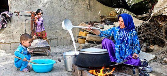 زن روستایی در گردشگاه روستای جاغرق مشهد